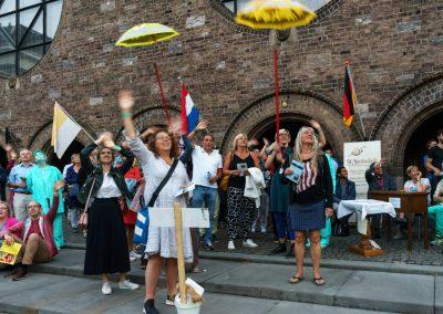 Publiek zwaait Jacobuskerk HUL20190622-balkonfestival-8827
